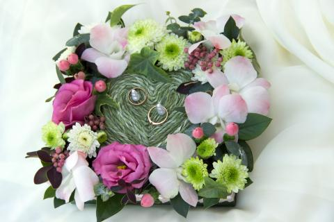 подушечка для колец из живых цветов