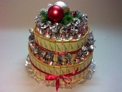 Двухярусный торт из шоколада и конфет в подарок на Рождество.