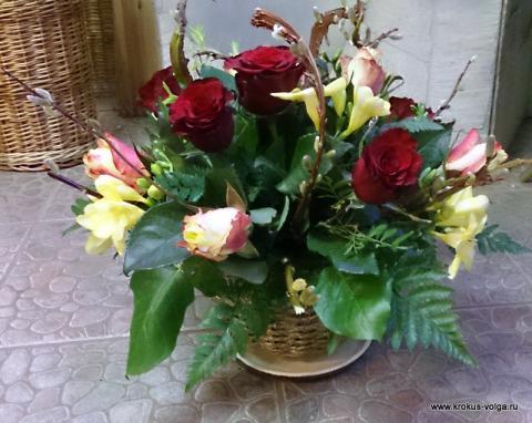 Композиция из роз, фрезий и салекса
