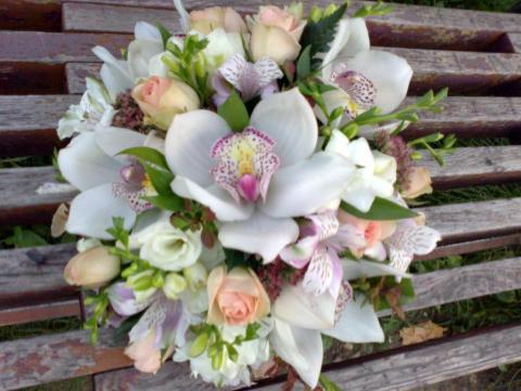 свадебный букет с цимбидиумами и кустовой розой
