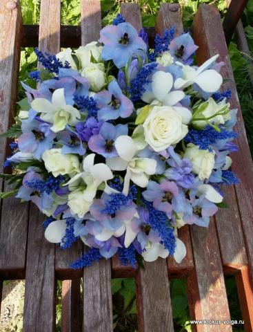 свадебный букет с голубым дельфиниумом