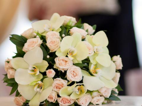 свадебный букет сиз кустовой розы и фаленопсиса