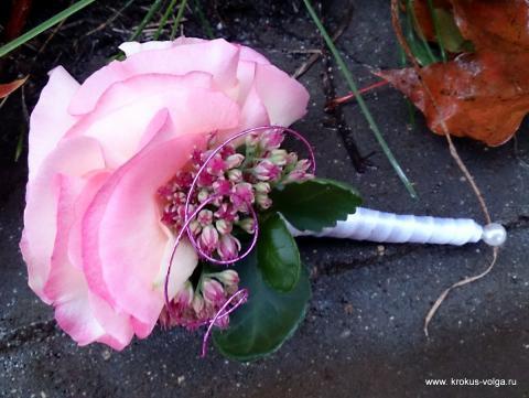 Бутоньерка из лепестков роз.