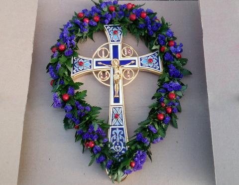Украшение креста на Крестовоздвиженье