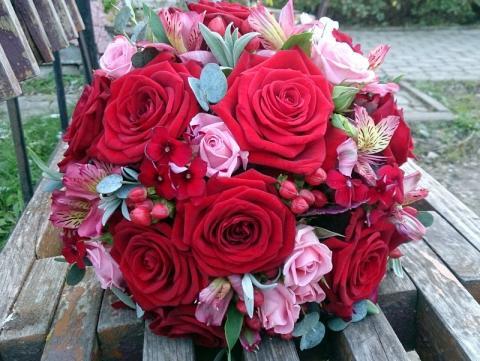 красный свадебный букет с дополнениями