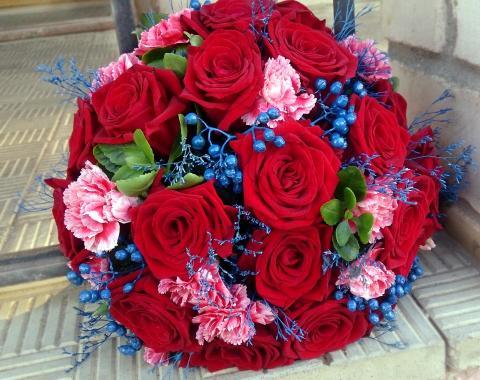 Свадебный букет из роз и гвоздики