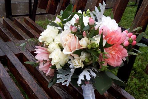 Свадебный букет с георгинами, розами и гиперикумом