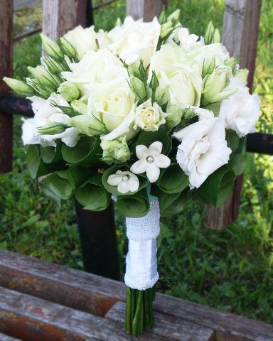 Свадебный букет с розой, эустомой и стефанотисом