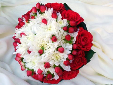 Красно-белый свадебный букет из роз, хризантем и гиперикума