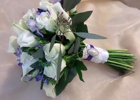Свадебный букет из калл, роз и фрезий
