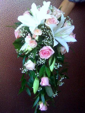 ниспадающий свадебный букет из белых лилий