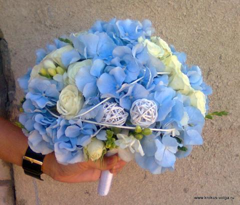 свадебный букет из голубой гортензии