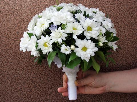 свадебный букет из ромашковой хризантемы