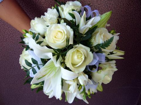 свадебный букет белый с голубыми акцентами