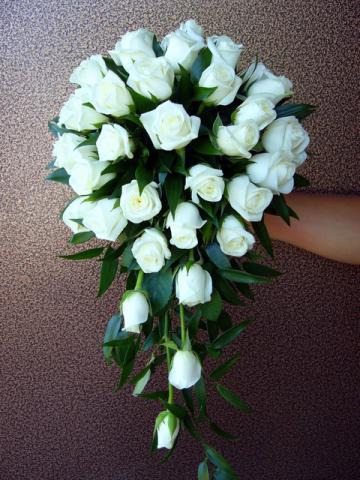свадебный букет из белых роз каплевидной формы