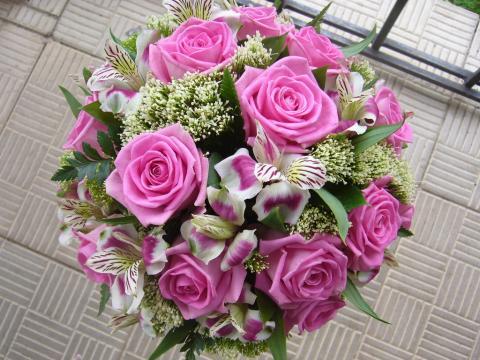 свадебный букет из розовых роз с альстромерией
