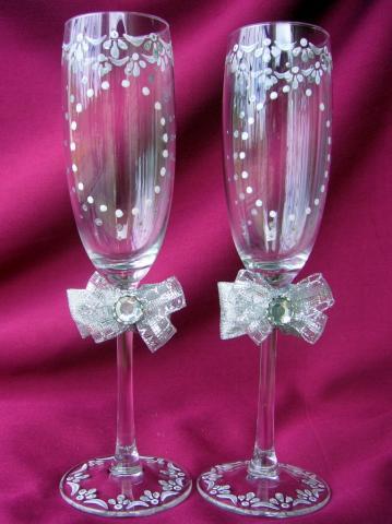 Свадебные бокалы здесь могут быть Ваши инициалы