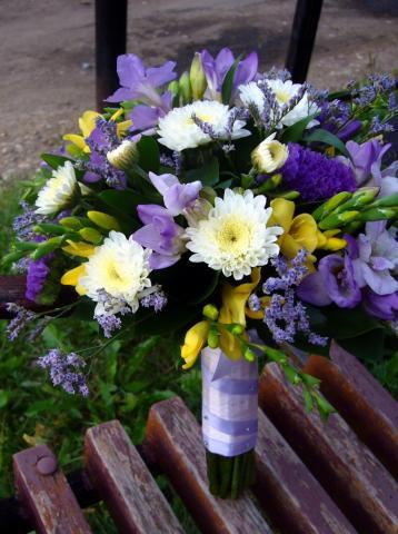 свадебный букет в фиолетово - желтой гамме