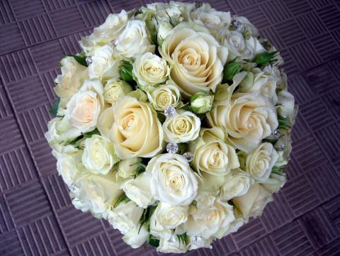 свадебный букет из белых роз