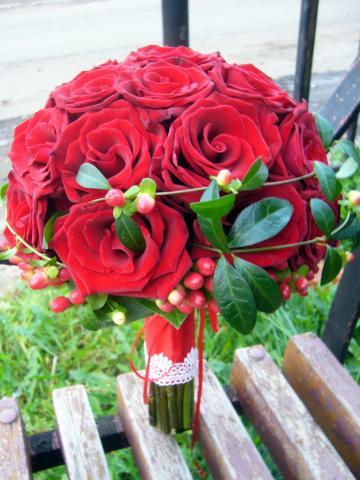 оригинальный свадебный букет из красных роз