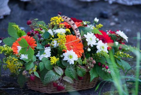 Летняя подарочная корзинка с веточками малины и ирги.