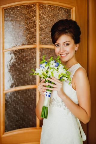 свадебный букет из белых фрезий с голубым