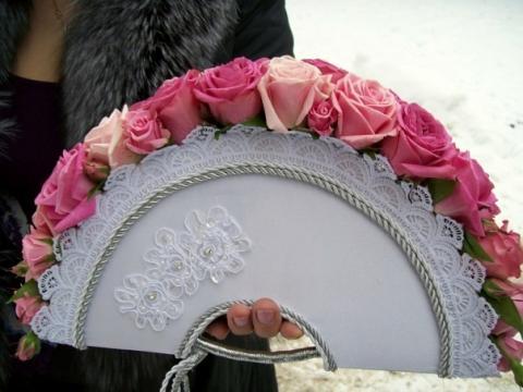 свадебный букет веер из розовых роз