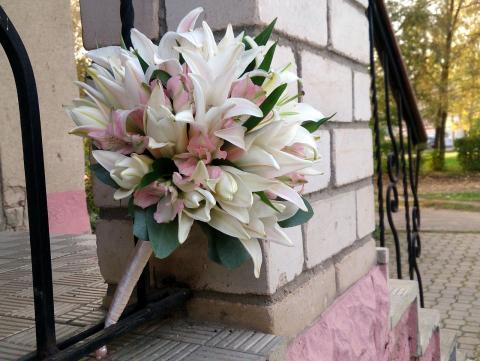 нежный свадебный букет из розовой лилии