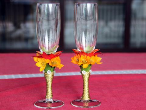 свадебные бокалы с живыми цветами